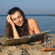 Girl with a book on the sea — Lizenzfreies Foto