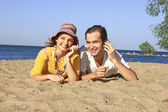 Girl and guy on the beach — Stock Photo
