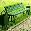 Foto Stock: Green bench and urns in street