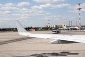 Vliegtuig in start-en landingsbaan road, uitzicht vanaf binnen de landing — Stockfoto