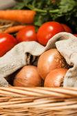 Kleurrijke groenten in mand — Stockfoto
