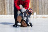 Père fils apprenant à patin à glace — Photo