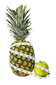 在测量磁带的菠萝和绿苹果 — 图库照片