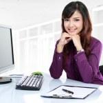 biznes kobieta pracuje na jej biurku — Zdjęcie stockowe