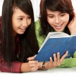 Students reading — Stock Photo