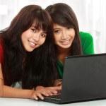 flickan med laptop — Stockfoto