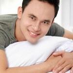 躺在床上微笑的人 — 图库照片