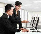 Happy office worker working — Stockfoto