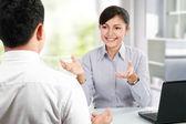 Hablando en reuniones de negocios — Foto de Stock