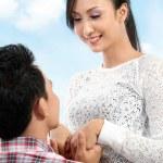 Man proposing to girlfriend — Stock Photo
