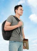 Estudante universitário com livro e saco — Foto Stock