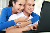 Couple using laptop — Fotografia Stock