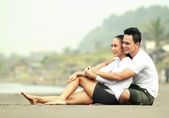 Romantic couple at the beach — Stock Photo