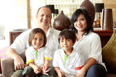Mutlu aile gülümseyen — Stok fotoğraf