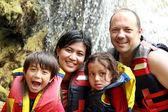 счастливая семья в воде — Стоковое фото