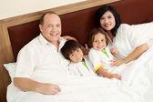 Famiglia felice in camera da letto — Foto Stock