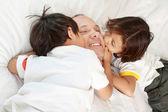 Figlio di baciare loro padre — Foto Stock