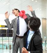 Geschäftsleute kämpfen — Stockfoto
