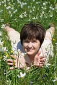 Donna sdraiata nell'erba verde — Foto Stock
