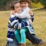 glada barn som omfamnar varandra — Stockfoto