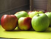 テーブルの上の色のリンゴ — ストック写真