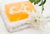 Sabão amarelo na toalha — Fotografia Stock