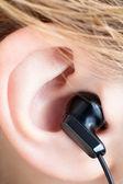 örat med hörlur — Stockfoto