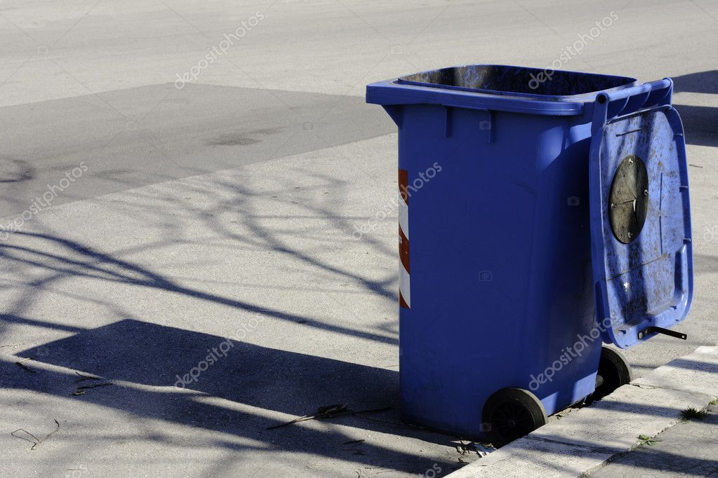 蓝色垃圾桶 - 图库图片