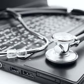 Stethoscope and laptop — 图库照片