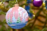 Bright christmas baubles and xmas on the tree — 图库照片