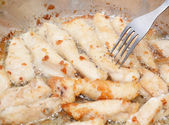 жареное мясо в сковороде — Стоковое фото