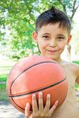 маленький мальчик с мячом в руках — Стоковое фото