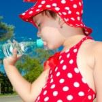 ein kleines Mädchen trinkt Wasser — Stockfoto #11805918