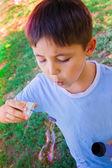 Malý chlapec hraje s bublinami — Stock fotografie