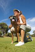Kobieta z przyjacielem i pieścić bokser byka pies stróżujący — Zdjęcie stockowe