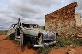 在鬼城澳大利亚的废墟和汽车残骸 — 图库照片