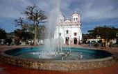 Guatape、コロンビアの教会. — ストック写真