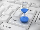 Reloj de arena en el teclado de la computadora — Foto de Stock