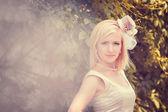 La novia hermosa con un sombrero — Foto de Stock