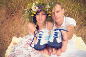 A couple in love during pregnancy in the park with young Sneaker — Stock Photo