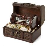 сундук с монеты и драгоценности на белом — Стоковое фото