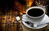 Taza de café, granos y amoladora — Foto de Stock