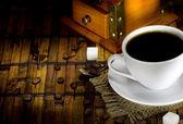 Kopp kaffe, bönor och kvarn — Stockfoto