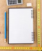 Notebook, skola och kontor tillbehör på trä — Stockfoto