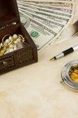 долларов, компас, коробка и монеты на текстуру — Стоковое фото