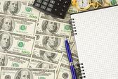Notitieblok-, pen- en horloge op dollar — Stockfoto