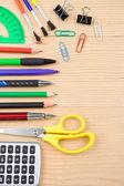 Schule und büro-zubehör auf holz — Stockfoto