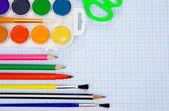 Lápis, canetas de feltro, pincel e tesoura no papel — Fotografia Stock