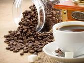 コーヒーのカップと研削盤 — ストック写真