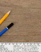 Ołówek i władca na tle drewna — Zdjęcie stockowe